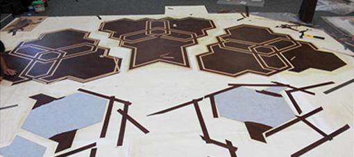 Voorbereiding inlegwerk voor een lederen vloer