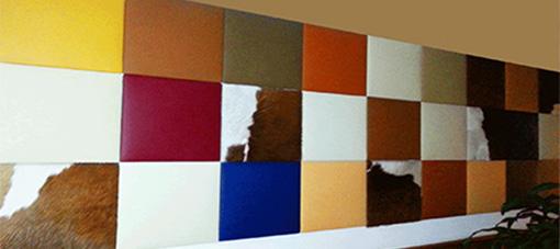 Lederen wand met panelen